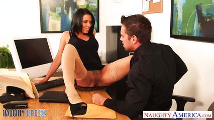 Наглая секретарша пришла к боссу за премией и склонила его к сношению