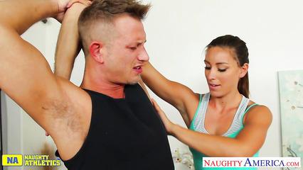 Инструкторша ебется со своим подопечным на зарядке