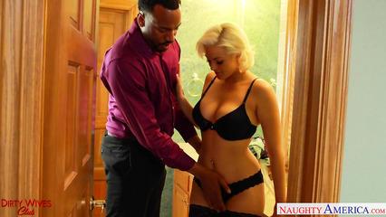 Жена изменяет с негром пока муж в командировке