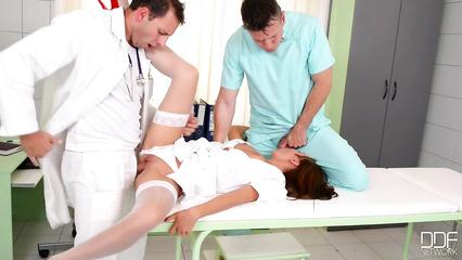 Доктор с медбратом дрючат в два хуя  медсестру