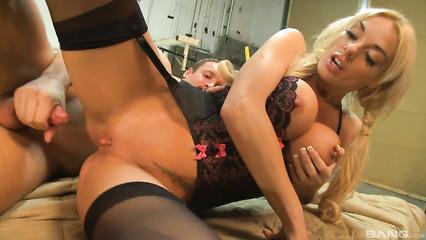 Слесарь ебет потрясную блонду в мастерской