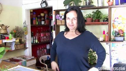 Секс за деньги с продавщицей цветочного магазина