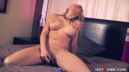 Обнаженная блондинка занялась мастурбацией на кровати