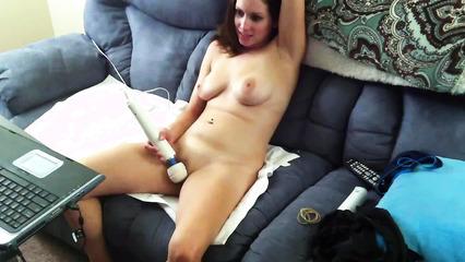 Домашняя мастурбация девушки электрическим вибратором