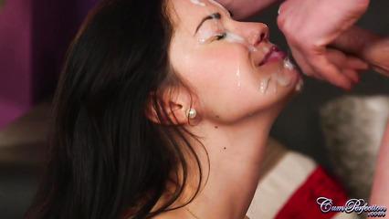 Маша сосет и получает сперму на лицо