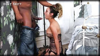 Чувак с наслаждением ебет красотку черным членом