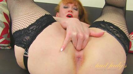 Рыжая женщина сует три пальца в свою пизду во время дрочки