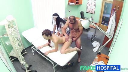 Врач с медсестрой ебут пациентку для выздоровления