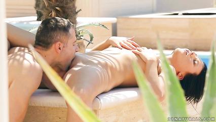 Привлекательная особа занимается нежным сексом у бассейна