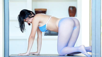 Привлекательная телка ласает клитор через голубые колгоктки