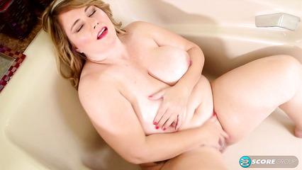 Жиробасина дрочит пизду в ванной