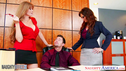 Две работницы ублажают босса в кабинете