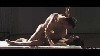 Танцор шпилит худую партнершу после тренировки