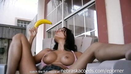 Пихает банан в розовую пизду дома