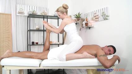 Фаллос клиента не забудет этот сеанс массажа